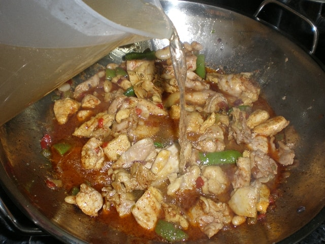 Elaborando arroz integral con pollo en wok