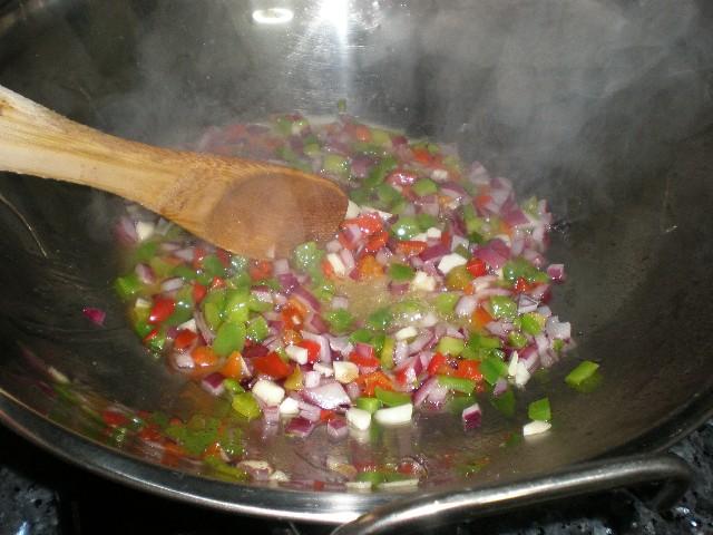 Sofrito para arroz integral con pollo en wok