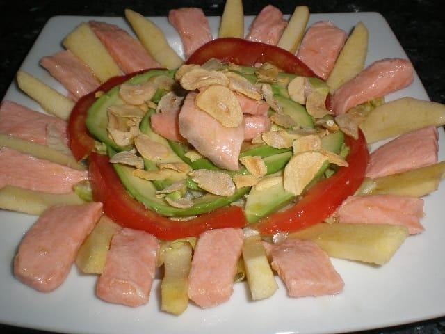 Ensalada de salmón encurtido con limón