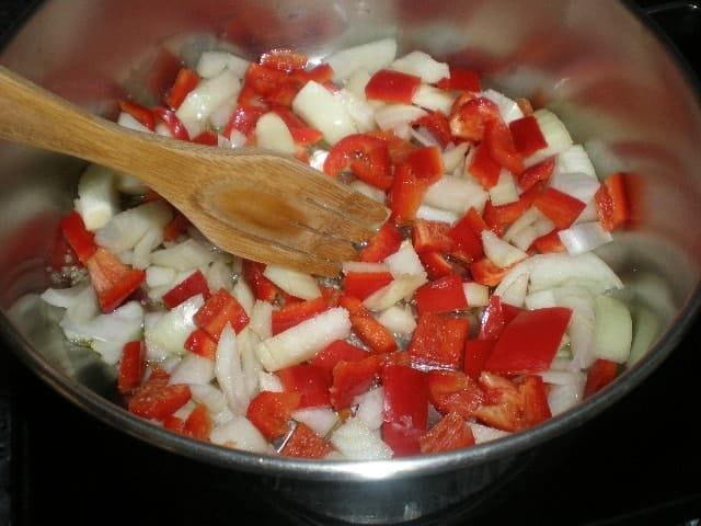 Sofreír ajo, cebolla y pimiento