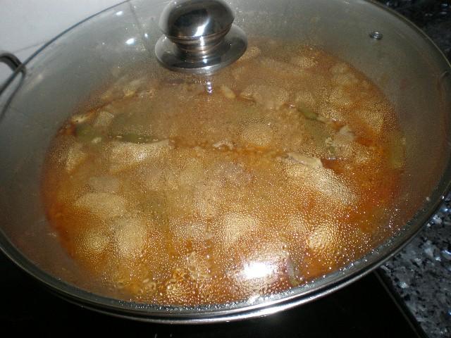 Arroz integral con pollo en wok