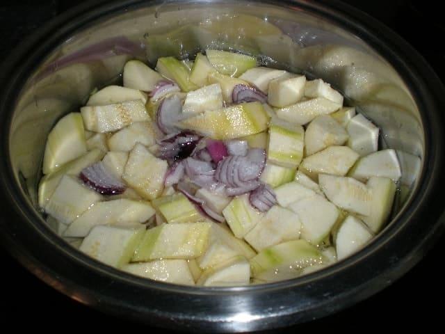 Guisar la crema de calabacín y cebolla morada