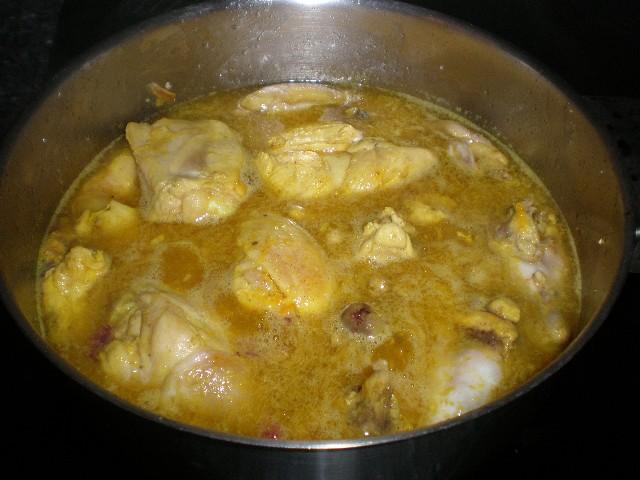 Elaborando la cazuela de pollo con ajo frito