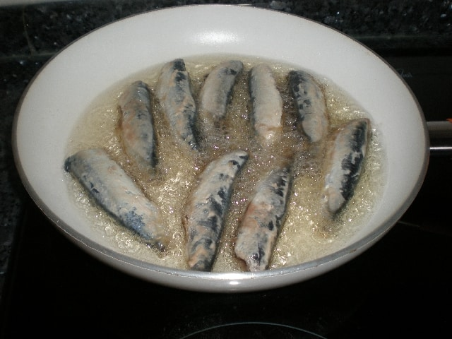 Freír sardinas