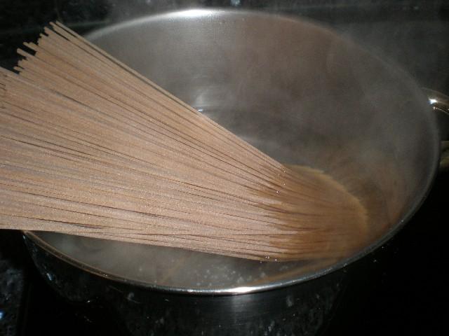 Cocinar los espaguetis integrales