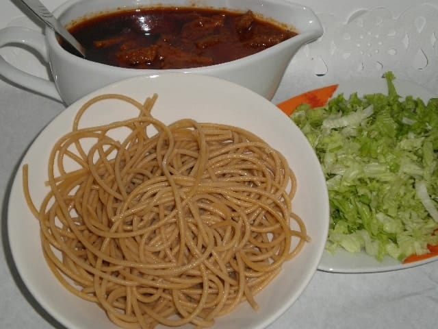 Espaguetis integrales, salsa y lechuga
