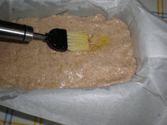 Untar masa de pan de molde integral con aceite