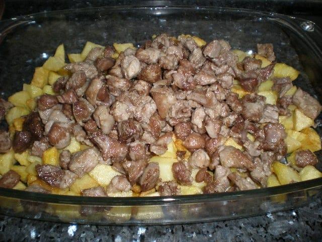 Papas y carne de cerdo fritas