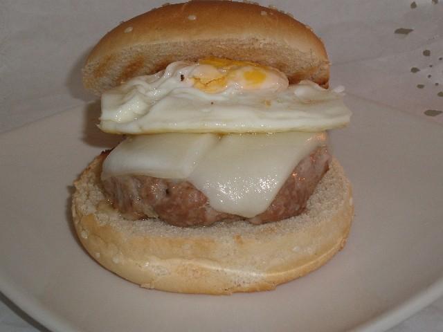 Hamburguesas con queso y huevo