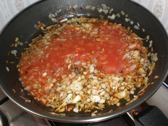 Añadir el tomate a la cebolla
