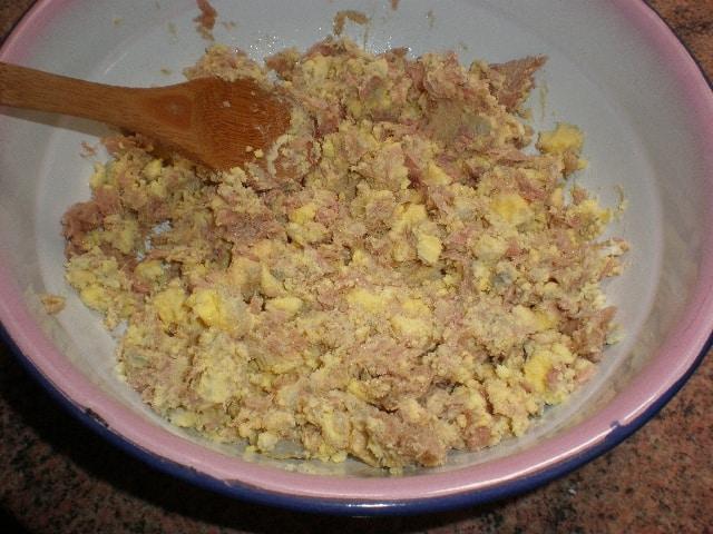 Escachar yemas de huevo con atún