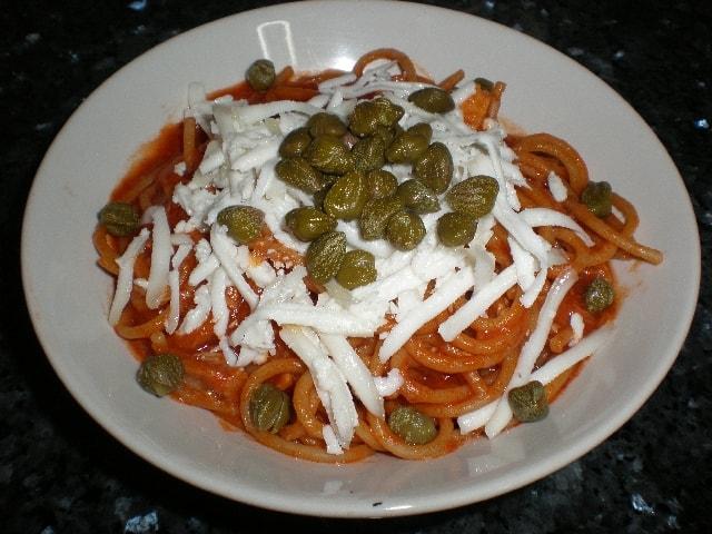 Poner alcaparras - Espaguetis con alcaparras