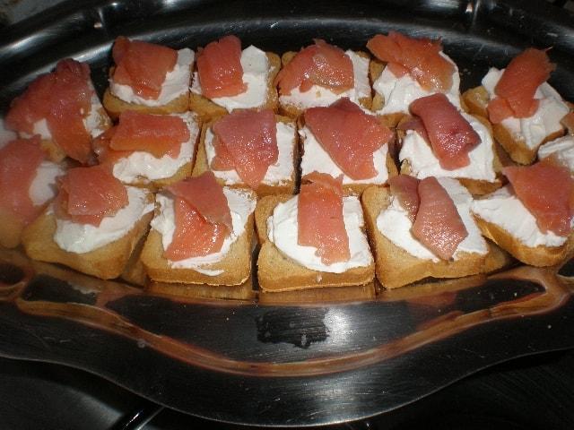 Tostaditas con queso y salmón