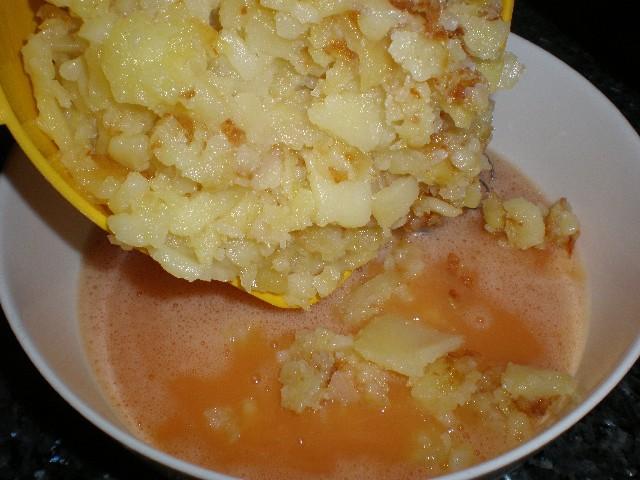 Echar papas en huevos - Tortilla de papas y plátanos