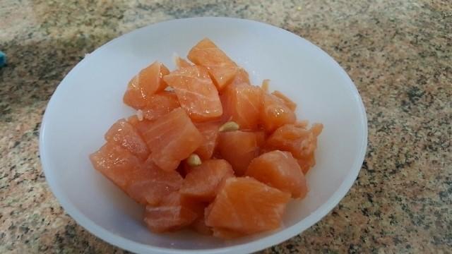 Daditos de salmón crudo