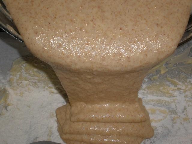 Echar masa en molde - Queque de naranja
