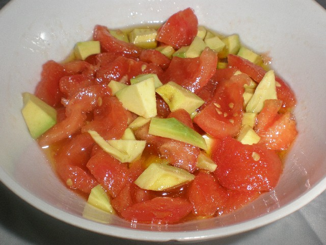 Ensalada de tomate y aguacate 1 - Secreto ibérico a la barbacoa