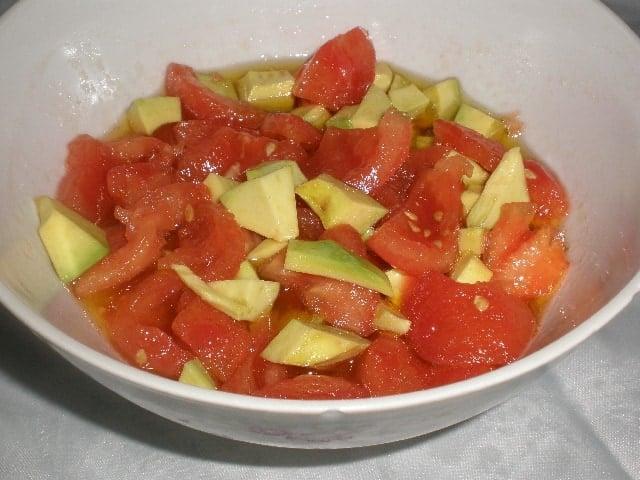 Ensalada de tomate y aguacate 2 - Secreto ibérico a la barbacoa