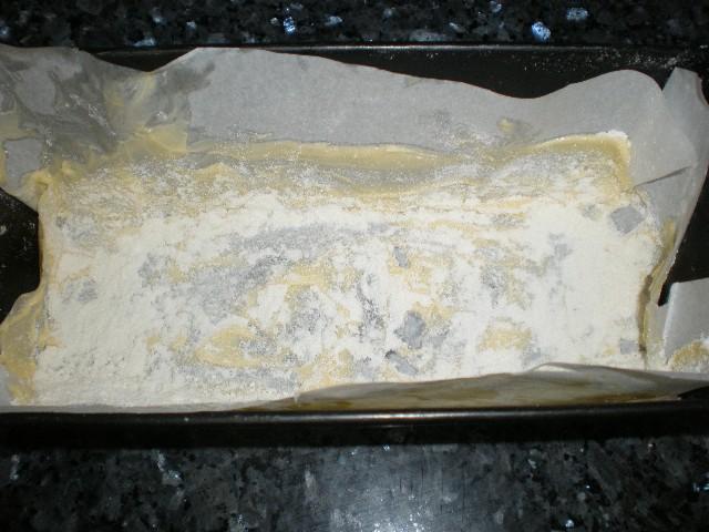 Molde con papel, mantequilla y harina