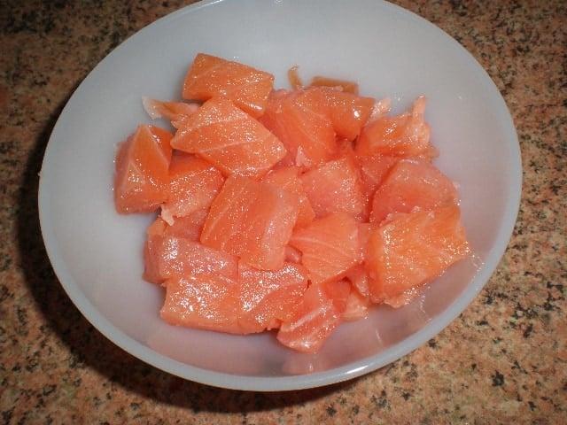 Salm%C3%B3n en cuenco - Daditos de salmón crudo