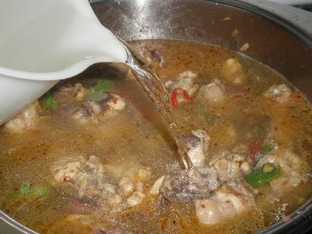 cocinando arroz integral al ajillo