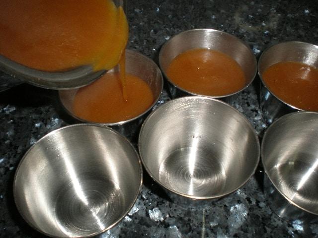 LLenar recipientes con la gelatina de papaya con agar agar