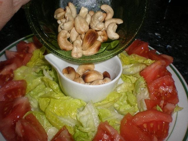 Poner anacardos 1 - Ensalada de anacardos