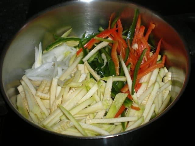 Juliana en cazuela - ▷ Fideos de arroz con salsa de carne 🍝