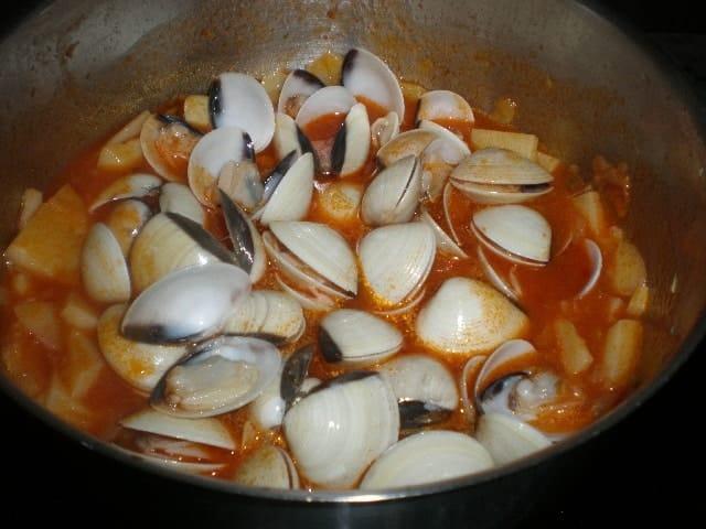 Bacalao con almejas y tomate