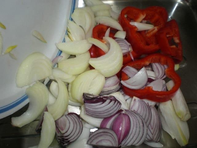 Meter cebollas y pimiento - ▷ Burro al horno ?