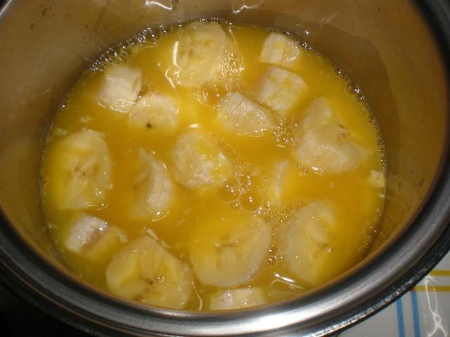 Plátanos y zumo de naranja en cazuela