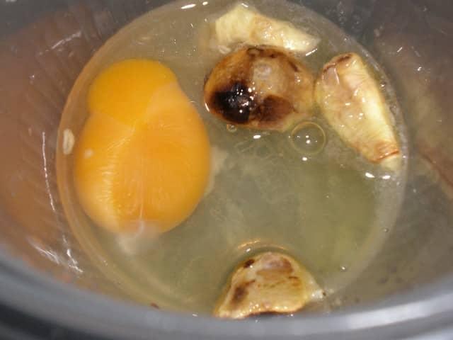 Ajo tostado, huevo y aceite