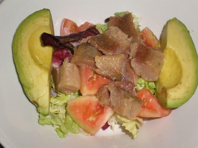Poner aguacate y pescado 2 - Ensalada ahumada