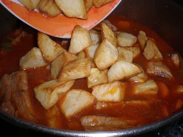 Echar papas fritas a las costillas fritas estofadas