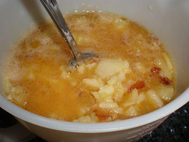 Mezclar papas y huevos - Tortilla aguindillada