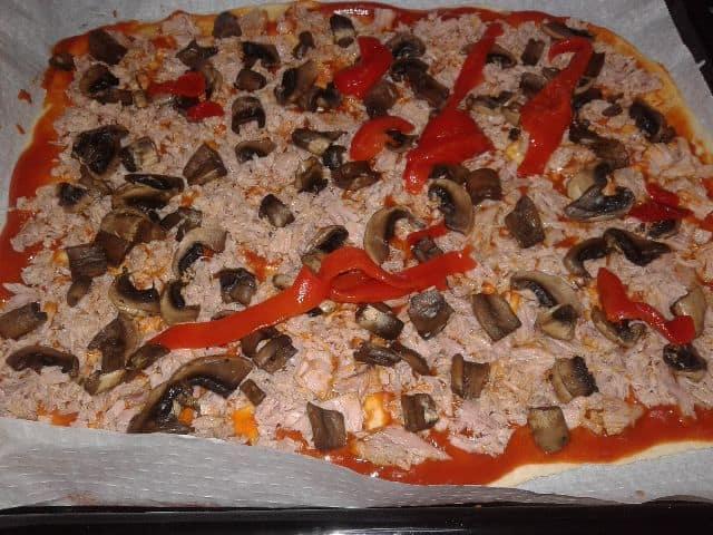 Pizza con atún champiñones y pimientos