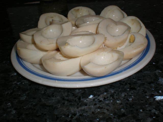 Medias claras de huevos sancochados