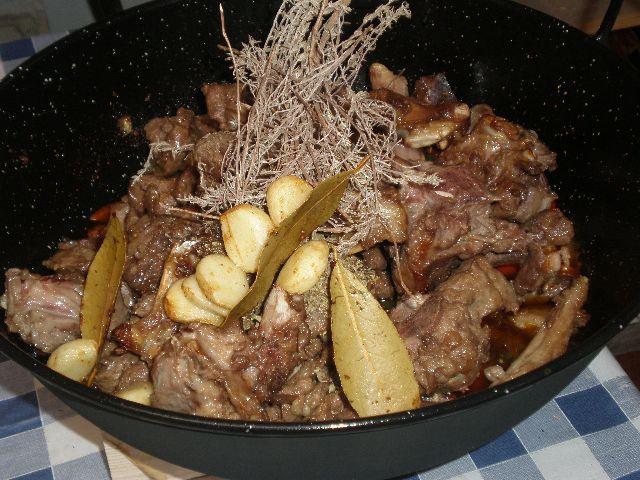 Añadir ajo y laurel fritos - ▷ Caldereta de cordero tradicional 🐑