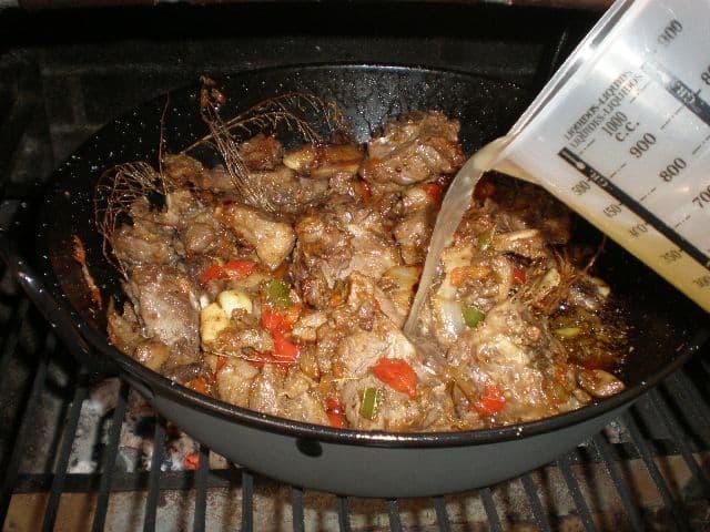 Añadir el caldo de carne - ▷ Caldereta de cordero tradicional 🐑