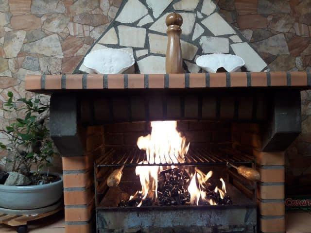 Barbacoa encendida con carbón