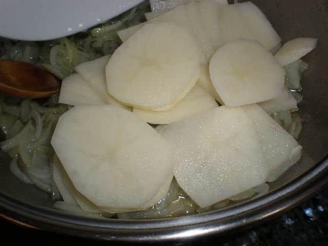 Añadir la papa a la cebolla pochada