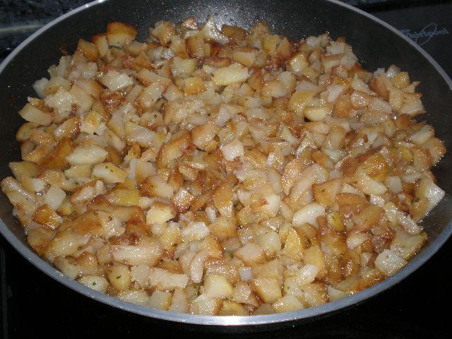 Saltear las papas con la mantequilla y el apio