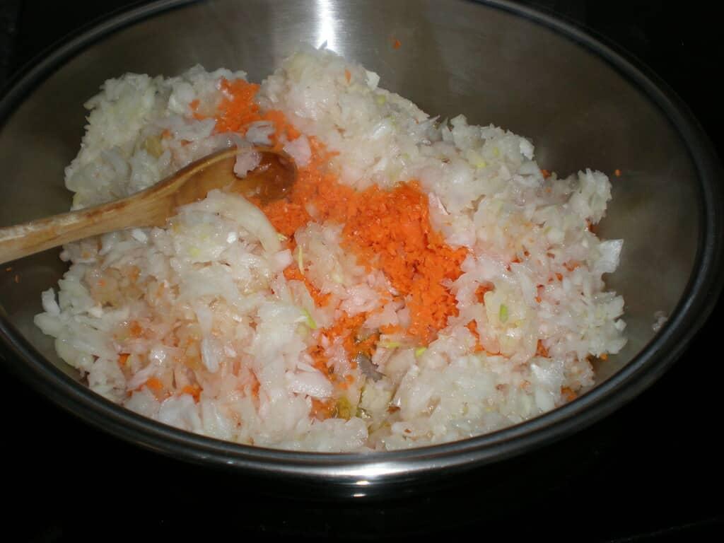 Mezclar zanahorias y cebolla