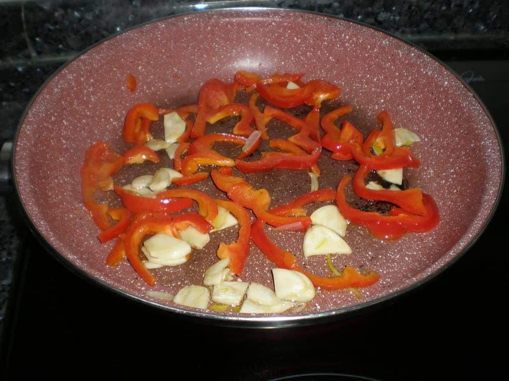 Saltear ajo y pimiento