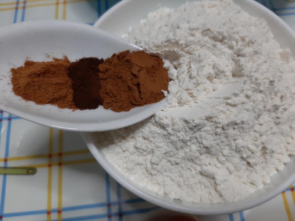 Añadir condimentos a la harina