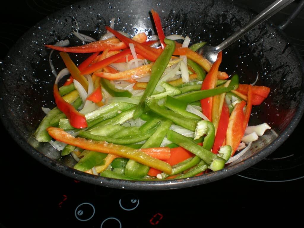 Pochar cebolla y pimientos