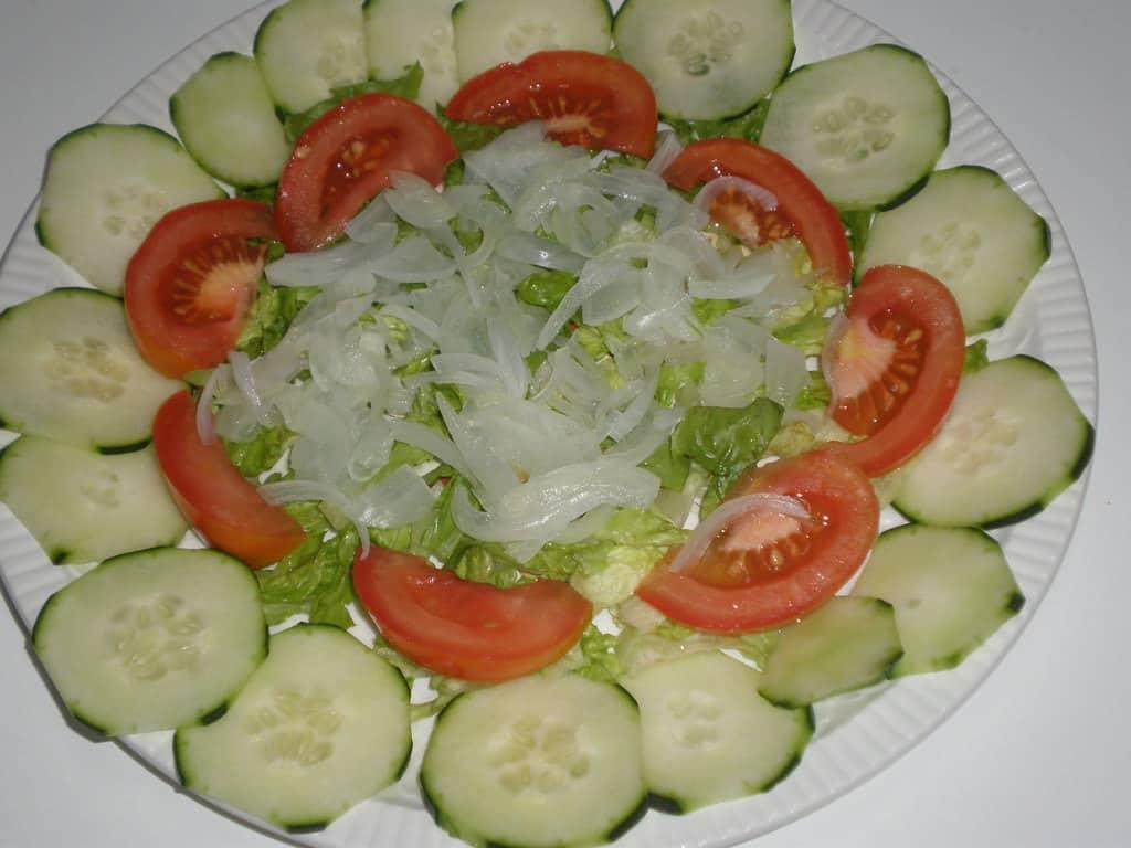 Poner la cebolla en el plato