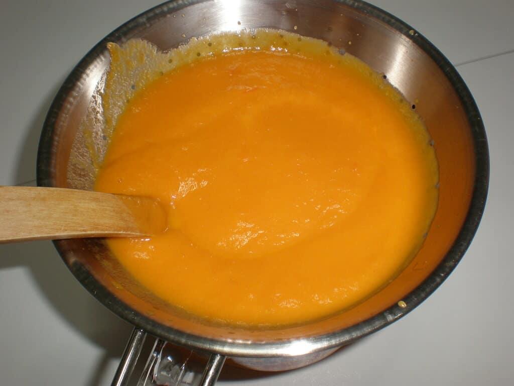 Pasar la crema de zanahorias por el chino