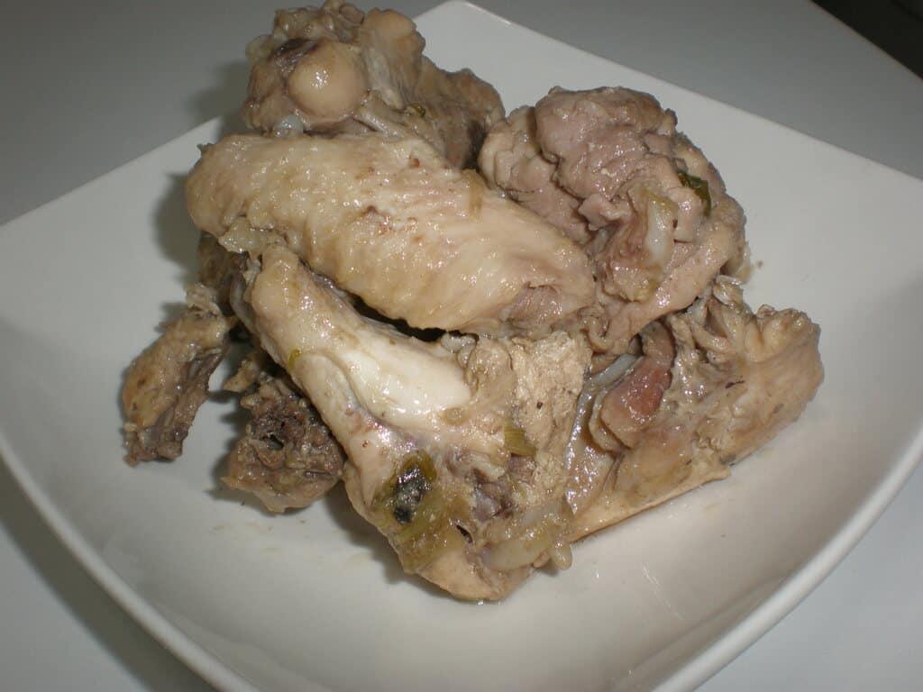 Pollo con tallos de cebolla